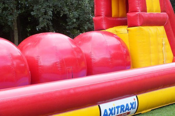 Wipe Out Rode Mega Ballen Verhuur Wipe Out Bouncing Ball Mieten